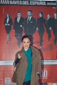 Elena Anaya delante de nuestro cartel la noche del estreno en el Matadero de Madrid.