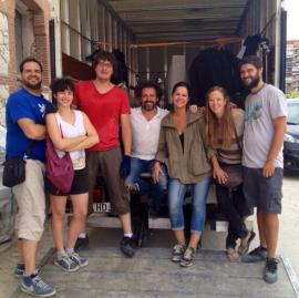 El equipo Feelgood cargando el camión con la escenografía. Multidisciplinares...