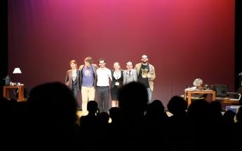Saludo Feelgood al público en pie en el Teatro Ciudad de Marbella.